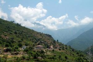 Blick auf Mont Estremo, die Gite und die hohen Berge im Hintergrund.
